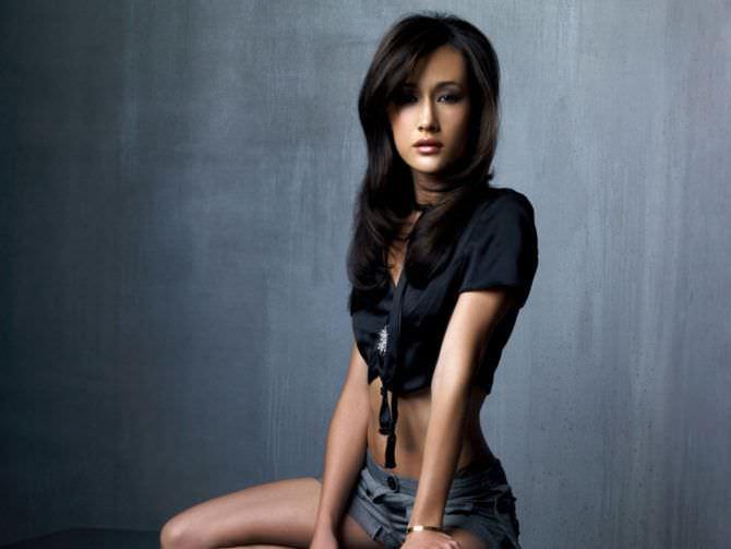 Мэгги Кью фотография в коротких шортах