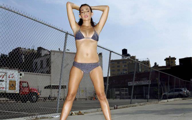 Натали Мартинес фото в сером купальнике