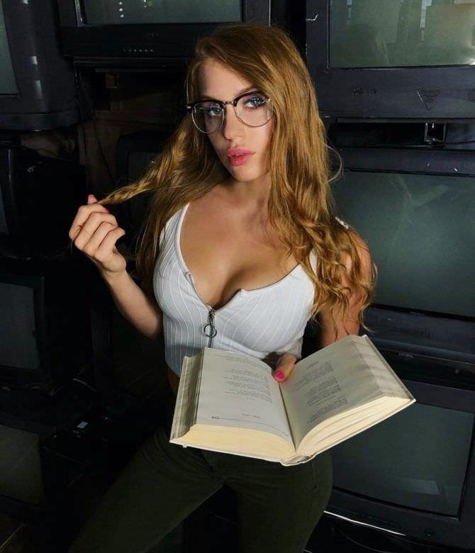 Полина Дубкова фото в очках