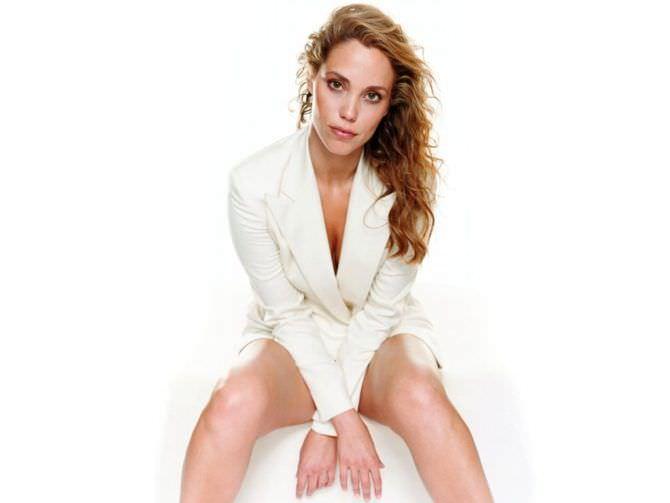 Элизабет Беркли фотосессия в белом пиджаке