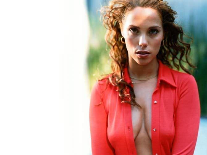 Элизабет Беркли фото в красной рубашке