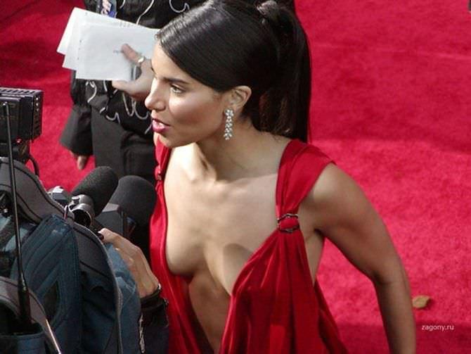 Розалин Санчес фотография в красном платье