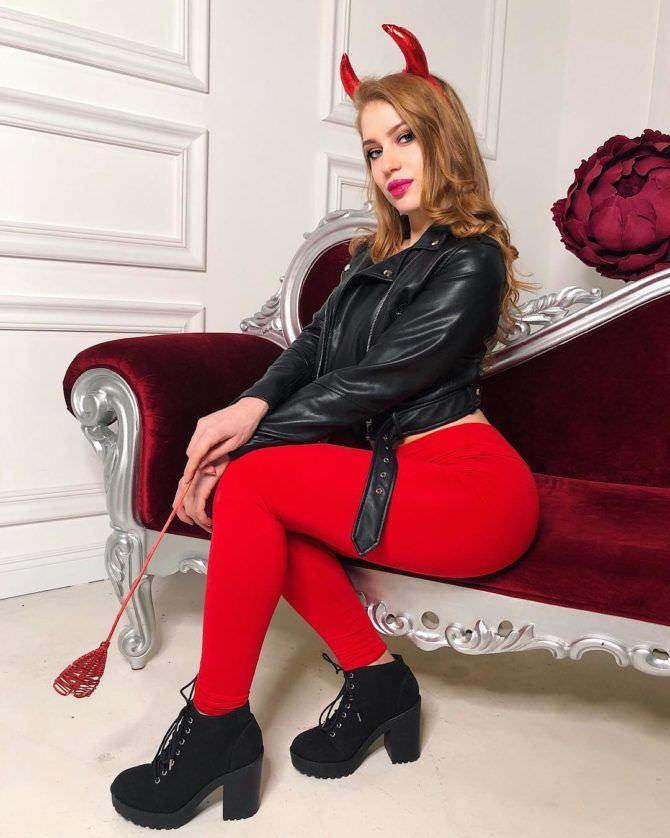 Полина Дубкова фото на диване