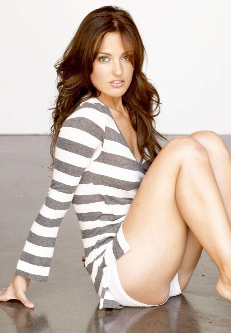 Минка Келли фото в полосатой кофте