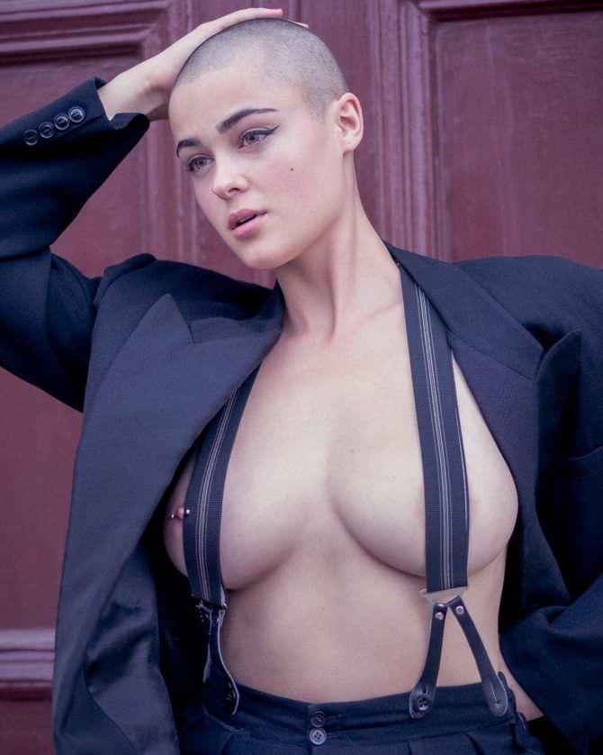 Стефания Феррарио фотография в брюках на подтяжках