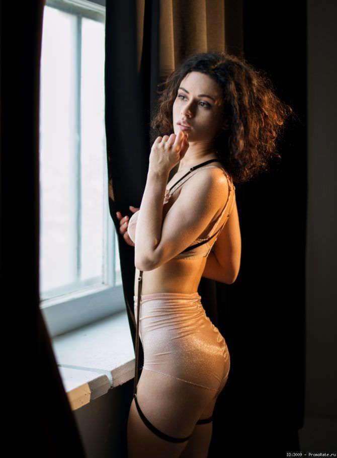 Стася Милославская фотография у окна в нижнем белье