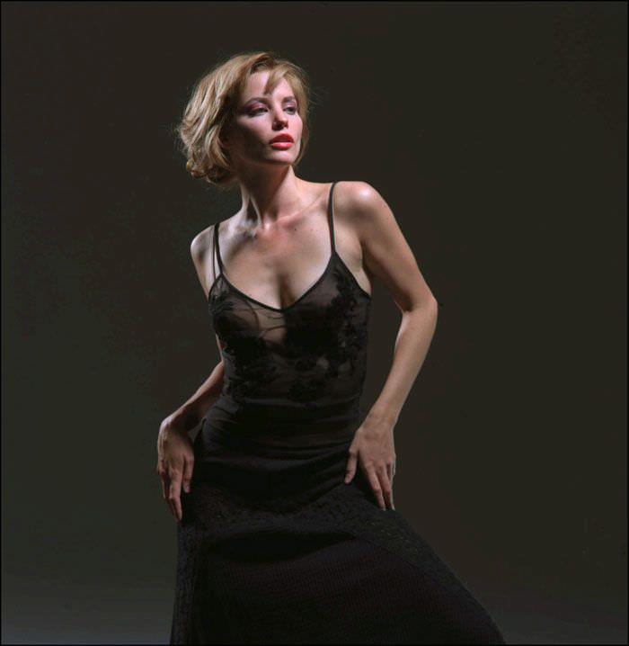 Сиенна Гиллори фото в черном платье