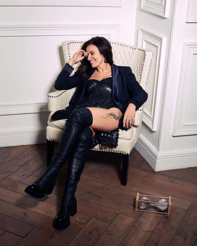Надежда Грановская фото в пиджаке в кресле