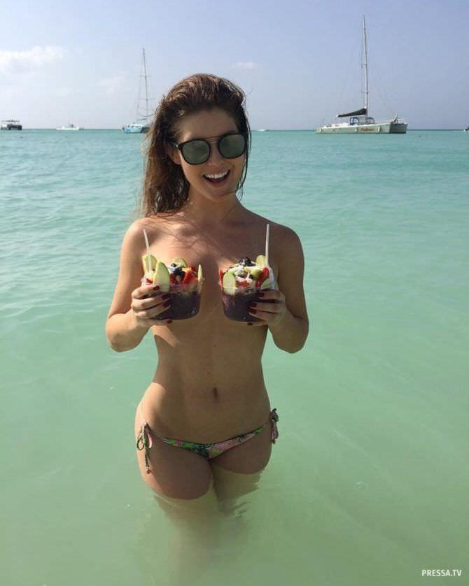 Аманда Черни фотография на пляже с десертами