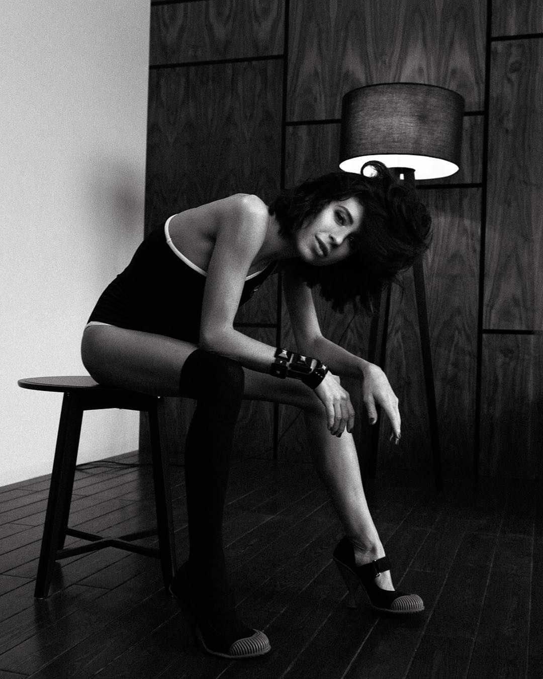 Мирослава Карпович фото на стуле