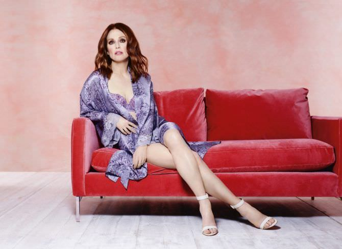 Джулианна Мур фото в белье на красном диване