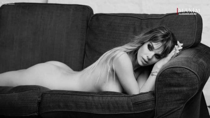 Анна Старшенбаум фото на диване для журнала