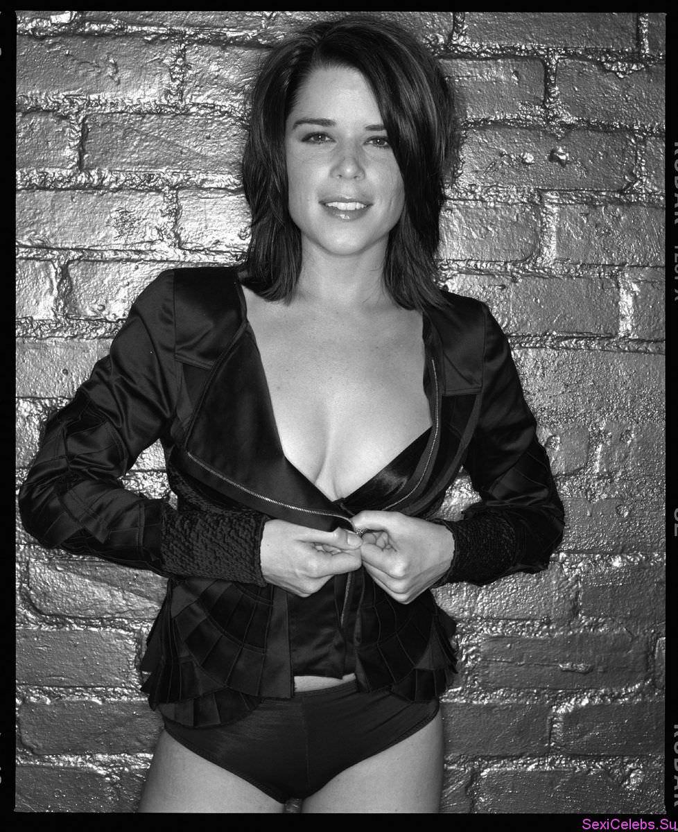 Нив Кэмпбелл черно-белое фото в корсете