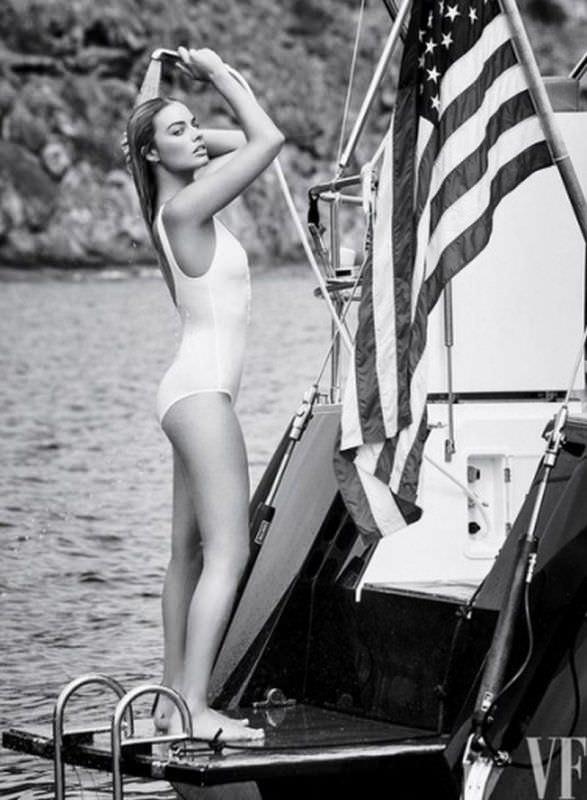 Марго Робби  черно-белое фото в купальнике