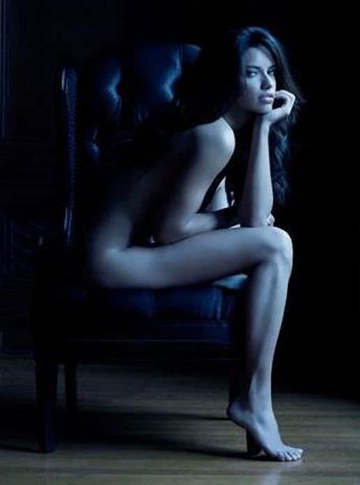 Андриана Лима фото в кресле