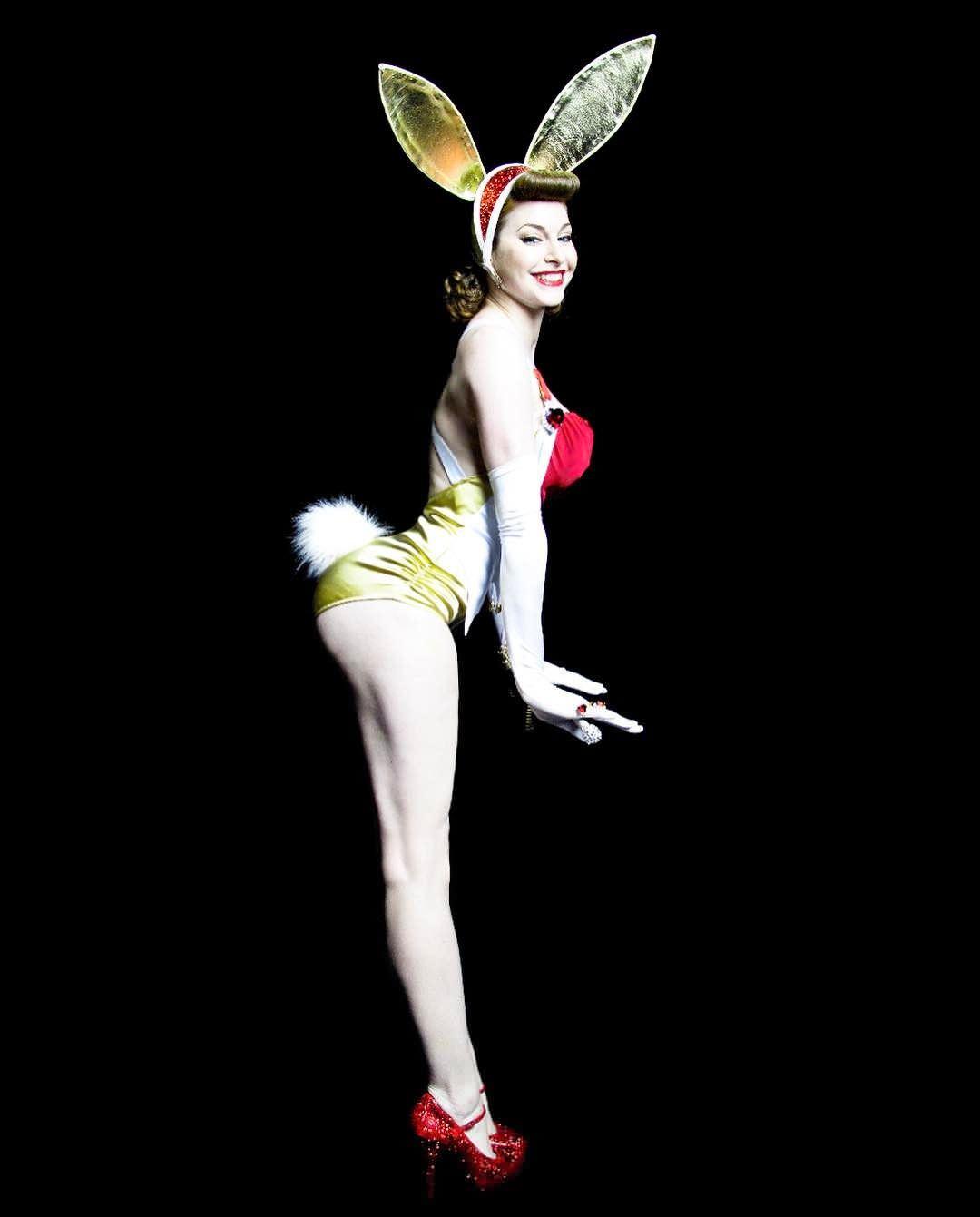 Эсме Бьянко фото в костюме зайчика