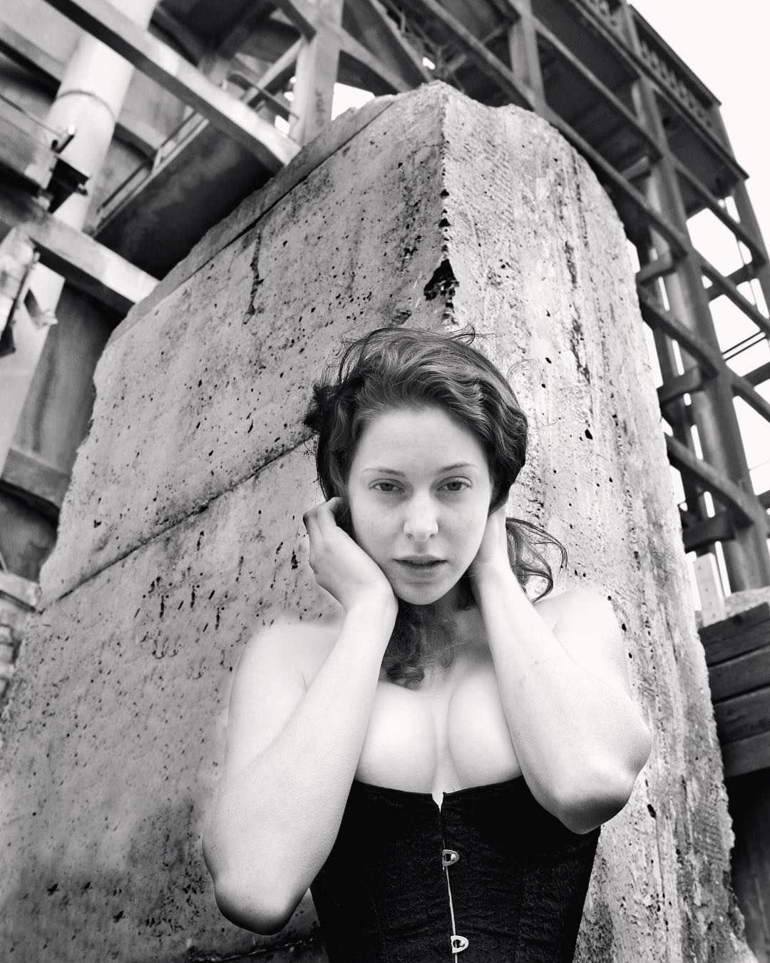 Эсме Бьянко фото в корсете