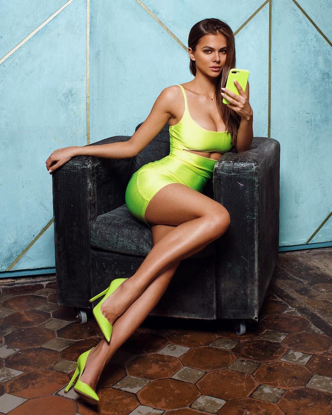 Виктория Одинцова фото на кресле