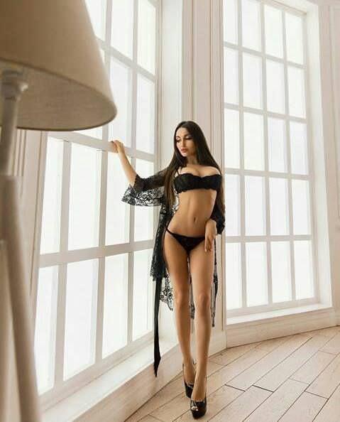 Кира Майер фото у окна