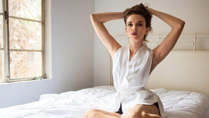 Даниэль Панабэйкер фото на кровати