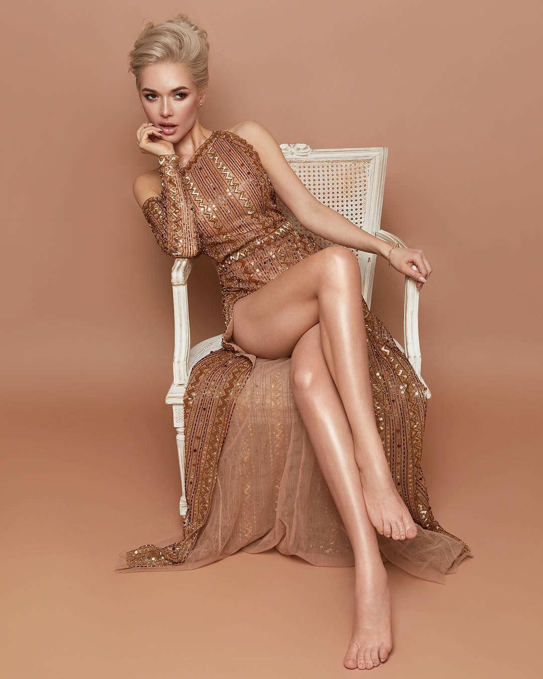 Эрика Герцег фото в золотистом платье