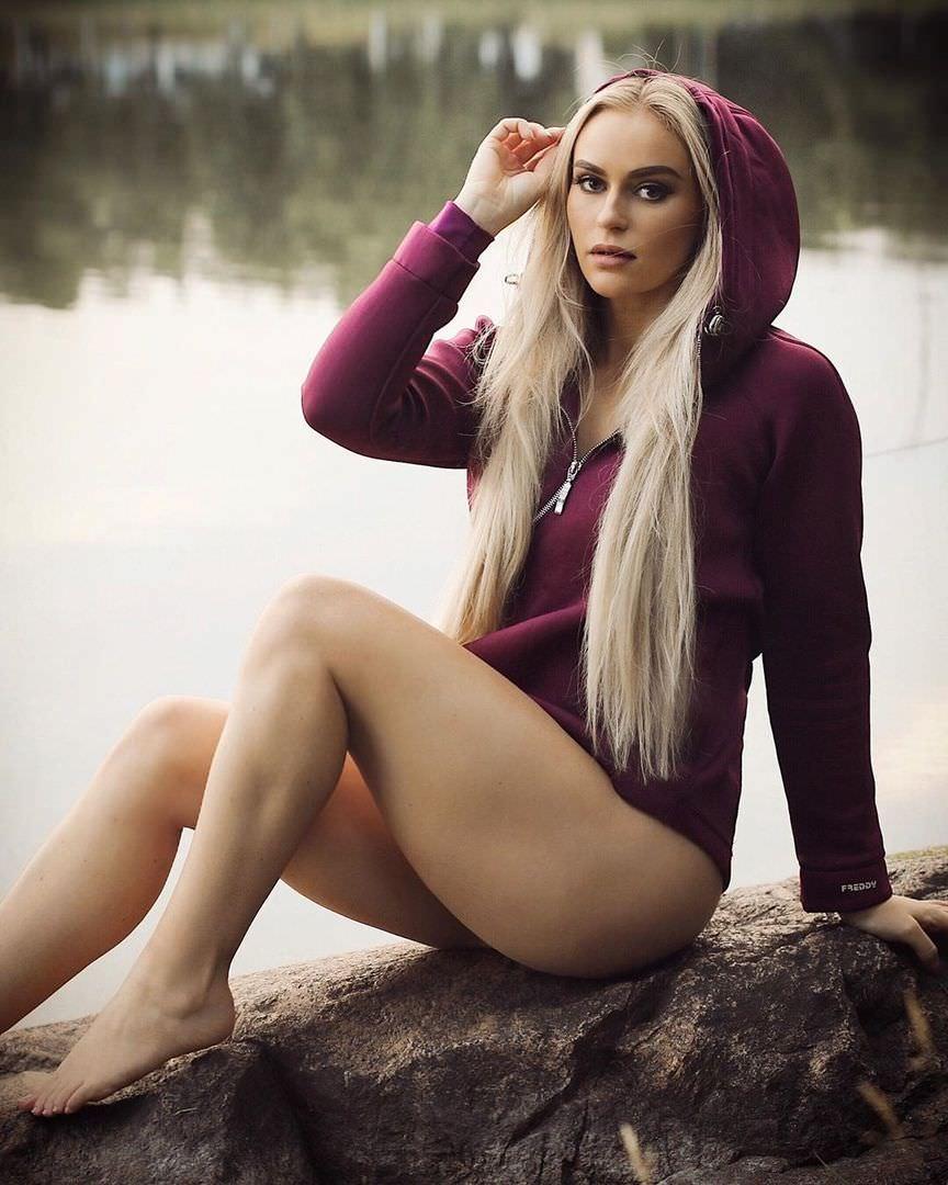 Анна Нистром фото в кофте