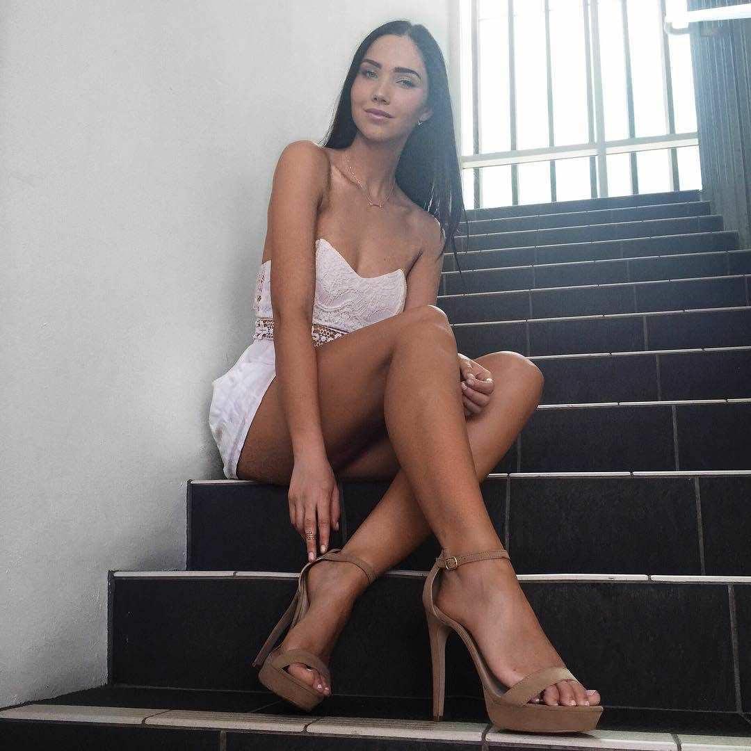 Джессика Грин фото на ступеньках