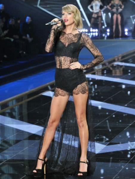 Тейлор Свифт фото в прозрачном платье