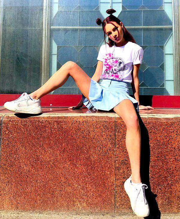 Полина Фаворская фото в юбке