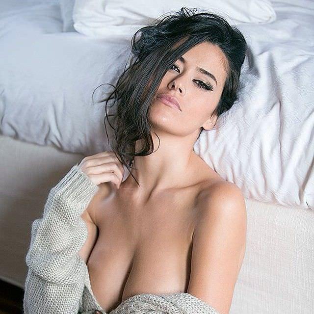 Ева Падлок фото на кровати