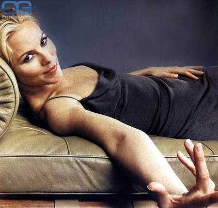 Мария Белло фото на диване