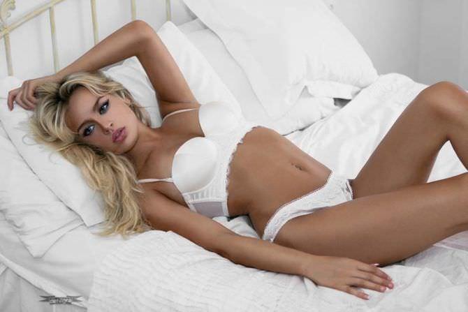 Рози Мак фотография в белье на кровати