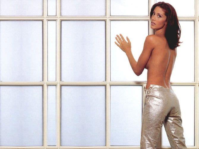 Шеннон Элизабет фотография в блестящих брюках