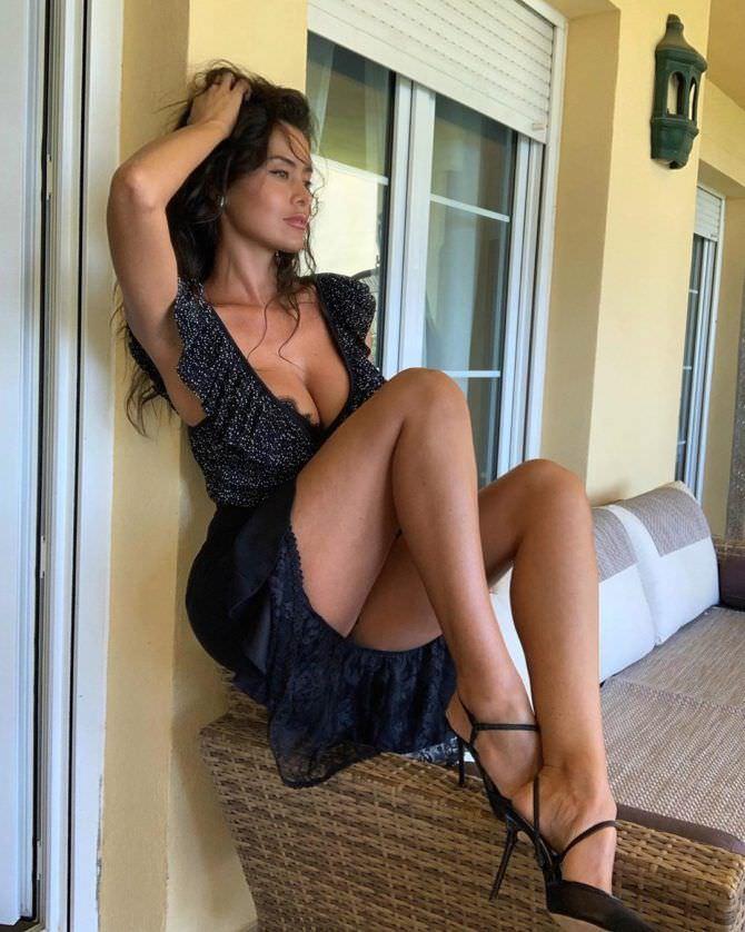 Ева Падлок фото на диване
