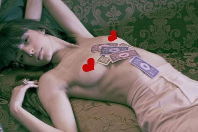 Стэйси Мартин фото на диване