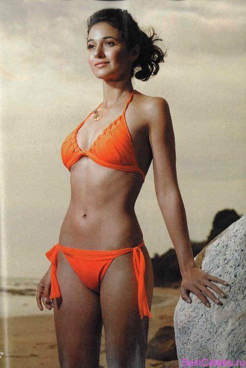 Эммануэль Шрики фото в красном купальнике