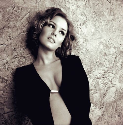 Ирина Старшенбаум фото у стены