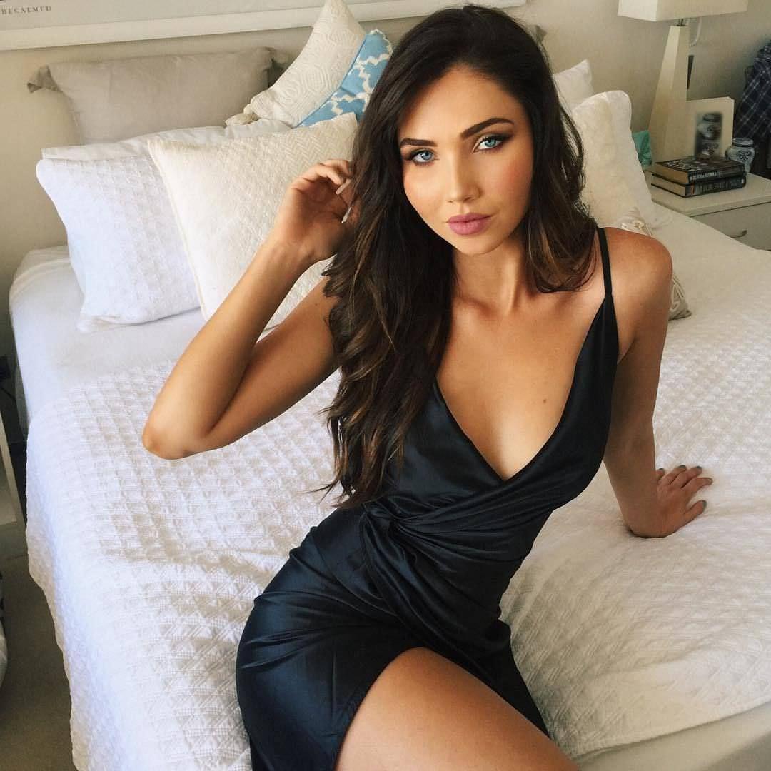 Джессика Грин фото на кровати
