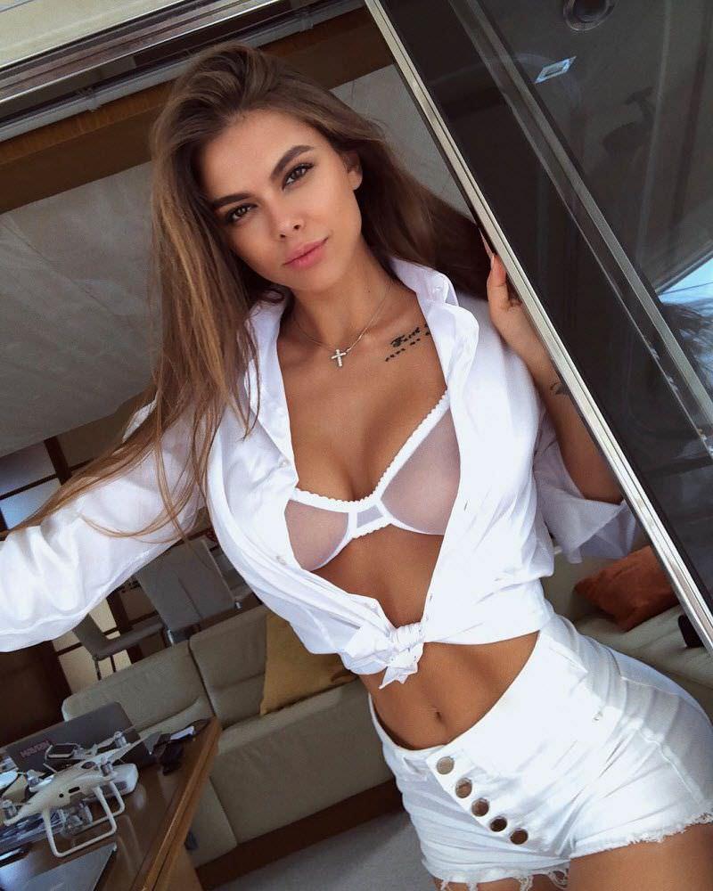 Виктория Одинцова фото в шортах