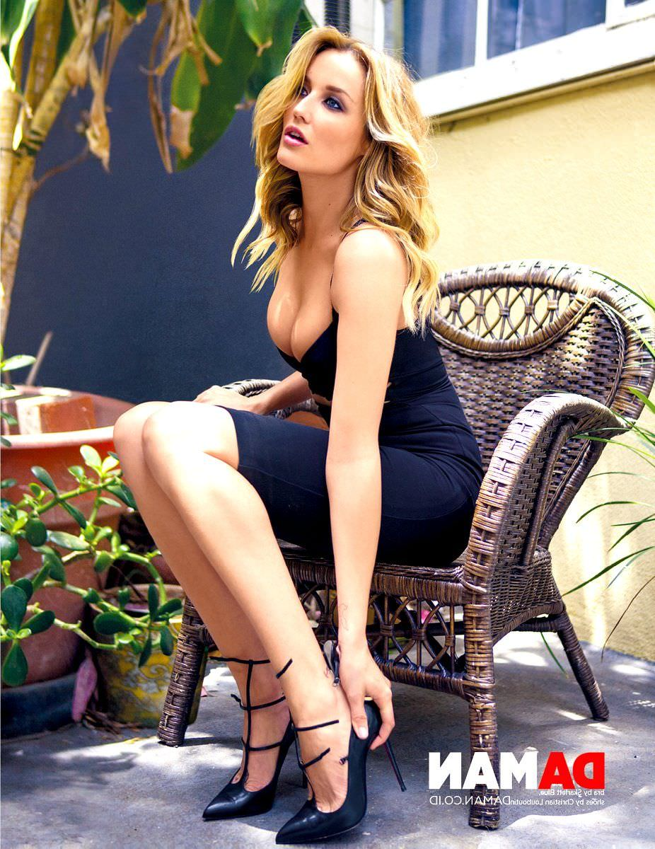Сара Дюмон фото в платье