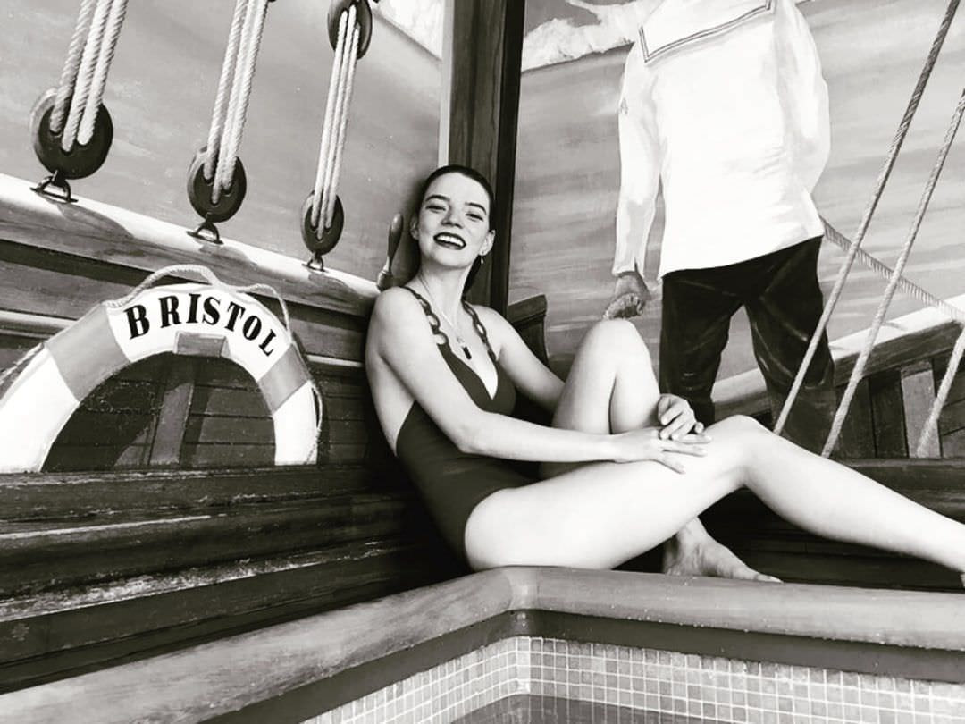 Аня Тейлор-Джой фото в купальнике