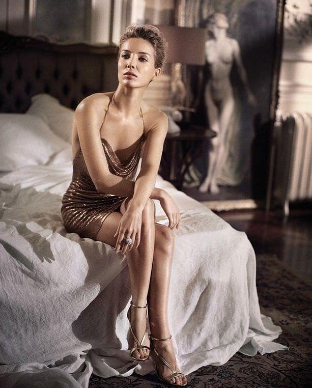 Аннабелль Уоллис фото на постели