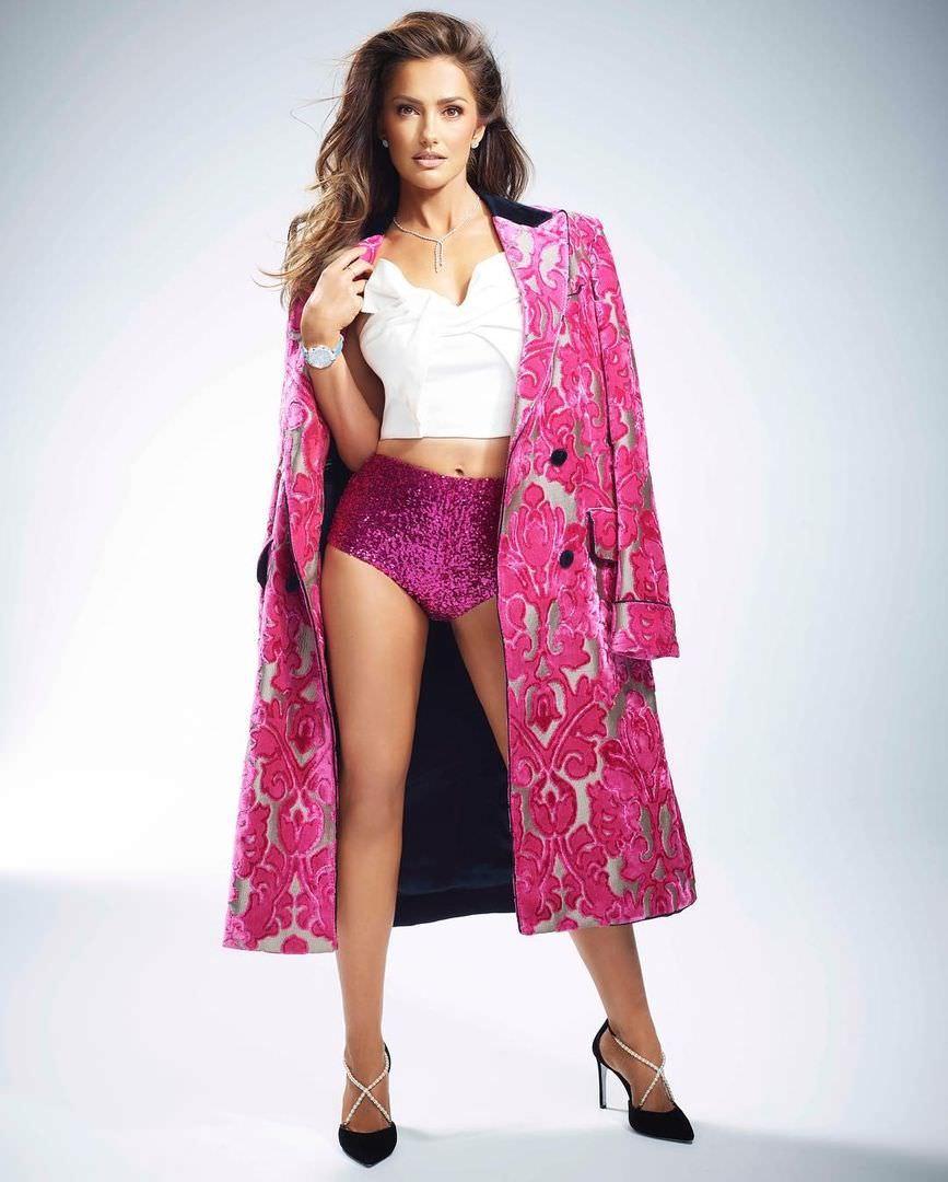 Минка Келли фото в розовом пальто