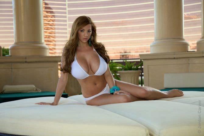 Джордан Карвер фото в бикини на диване