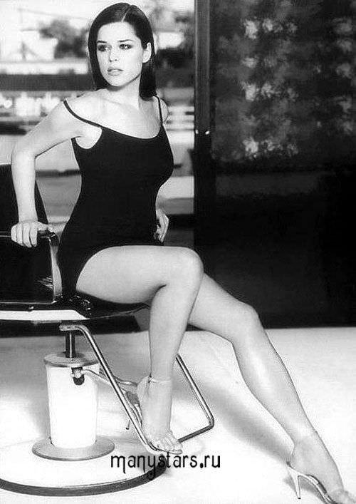 Нив Кэмпбелл фото в черном платье