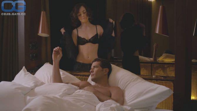 Алиси Браге фото возле кровати