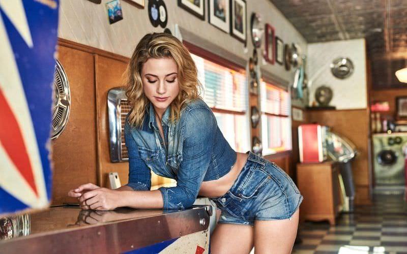 Лили Рейнхарт фото в джинсовой куртке