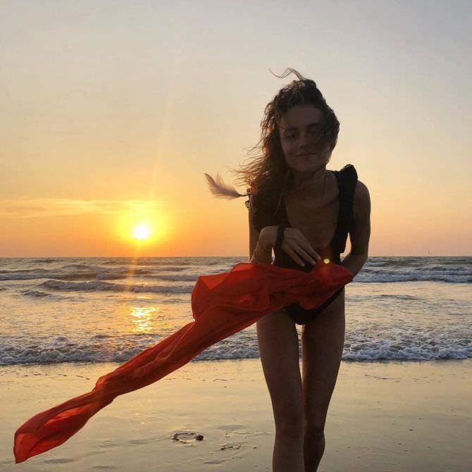 Стася Милославская фотография на пляже в инстаграм