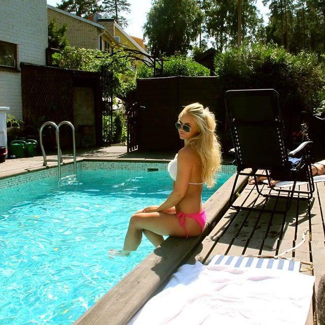 Анна Нистром фото в бассейне