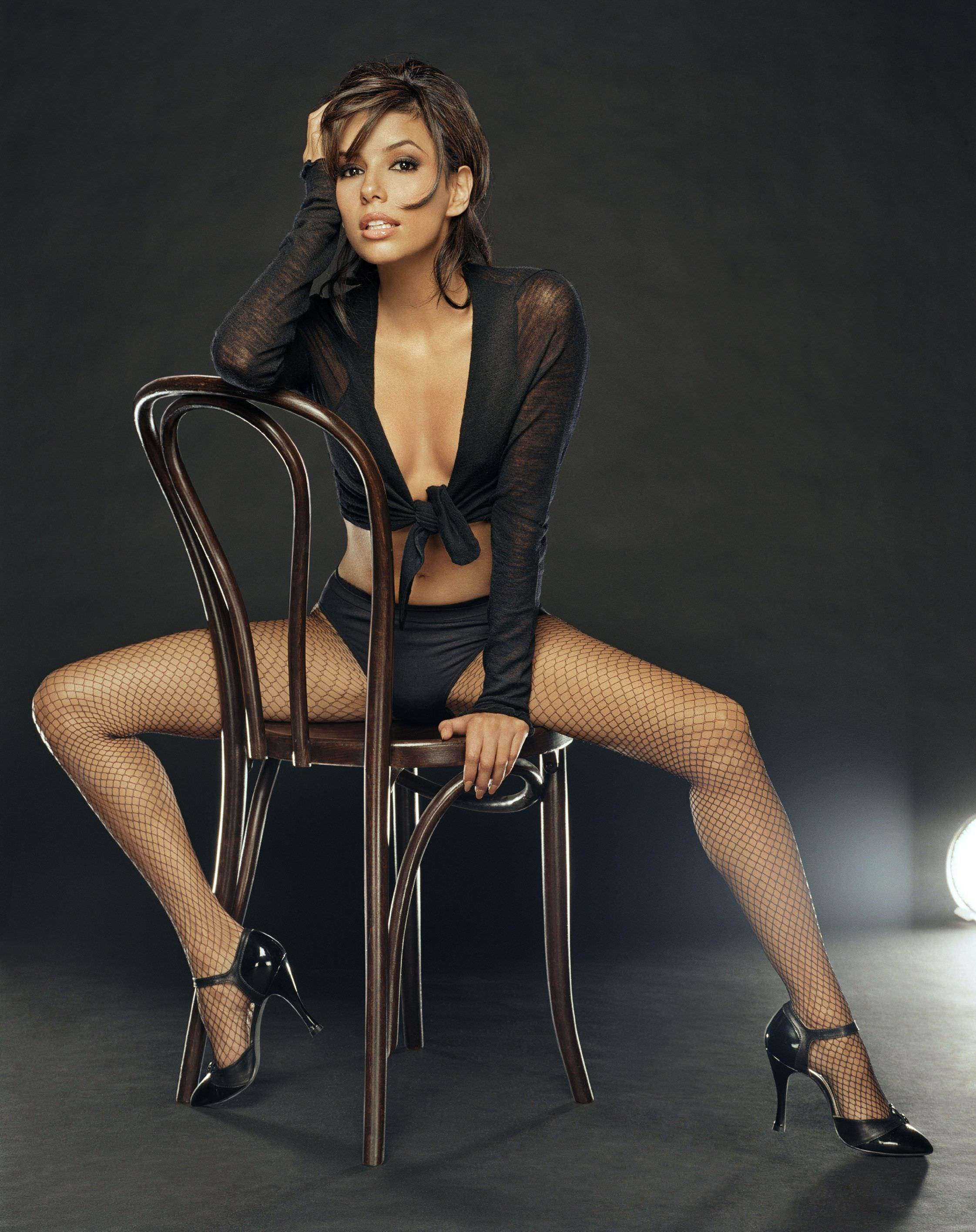 Ева Лонгория фото на стуле